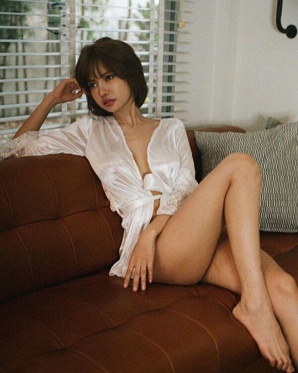 Cô gái diện đồ mỏng manh, ôm sát da thịt làm nổi bần bật đôi gò bồng đảo - 14