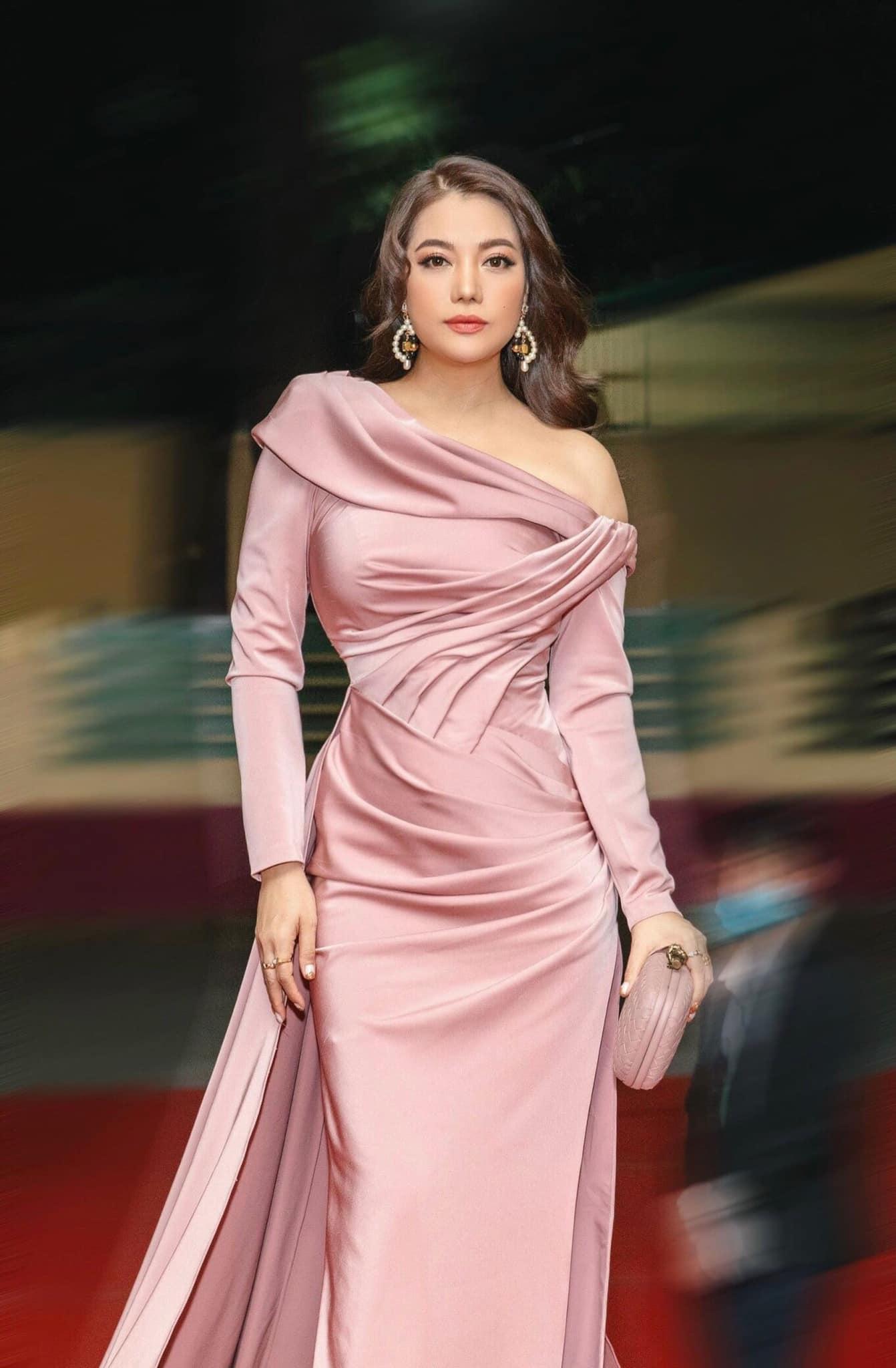 Style amp;#34;chặt chémamp;#34; đôi lúc lận đận, tình cũ Kim Lý U50 đổi váy công chúa đẹp như nữ thần - 1