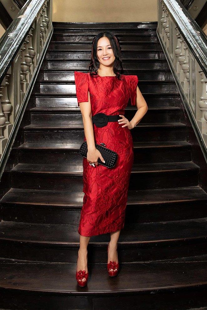 """Không còn kín đáo """"nuốt chân"""", Hồng Nhung diện xén bớt vải được khen đẹp ngang ngửa Hoa hậu - 1"""