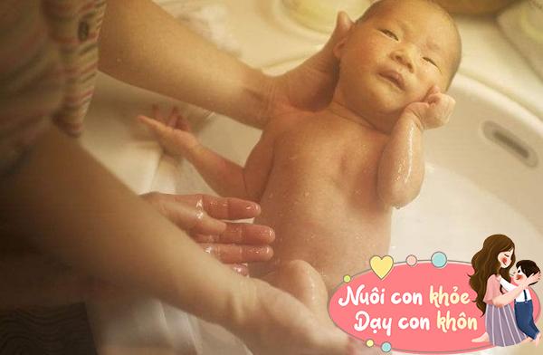 Tắm cho trẻ sơ sinh mùa đông: Mẹ chú ý 5 điểm này để tránh con ốm - 5