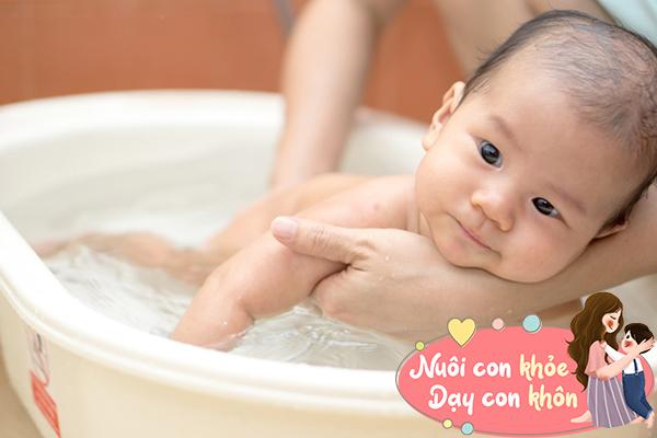 Tắm cho trẻ sơ sinh mùa đông: Mẹ chú ý 5 điểm này để tránh con ốm - 7