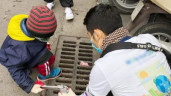 Gặp gỡ người mẹ cho con nhỏ vượt cái rét Hà Nội, dậy sớm đi nhặt rác ở Hồ Gươm