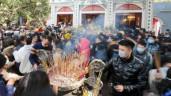 Phủ Tây hồ đông nghịt người đến lễ: Không khẩu trang, phớt lờ lệnh cấm