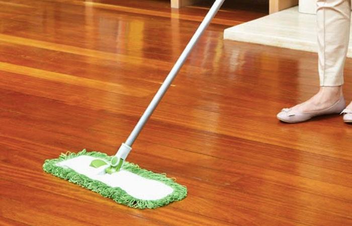 Cách lau sàn gỗ sáng bóng chữa được cả mối mọt và cong vênh