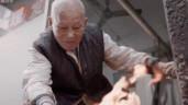 Kinh ngạc với tiệm tóc chỉ dùng thanh sắt nóng để tạo kiểu của cụ ông U100 tuổi