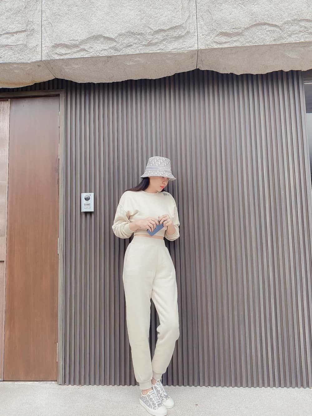 Làm dâu hào môn, Đàm Thu Trang vẫn mặc đơn giản, đi đâu cũng xỏ chân đúng 1 đôi giày - 4