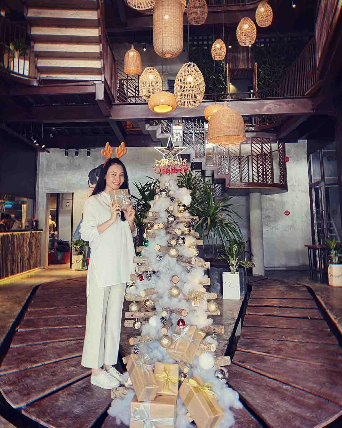 Làm dâu hào môn, Đàm Thu Trang vẫn mặc đơn giản, đi đâu cũng xỏ chân đúng 1 đôi giày - 8
