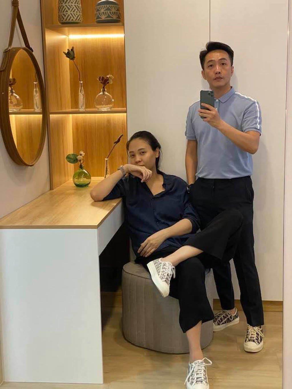Làm dâu hào môn, Đàm Thu Trang vẫn mặc đơn giản, đi đâu cũng xỏ chân đúng 1 đôi giày - 6