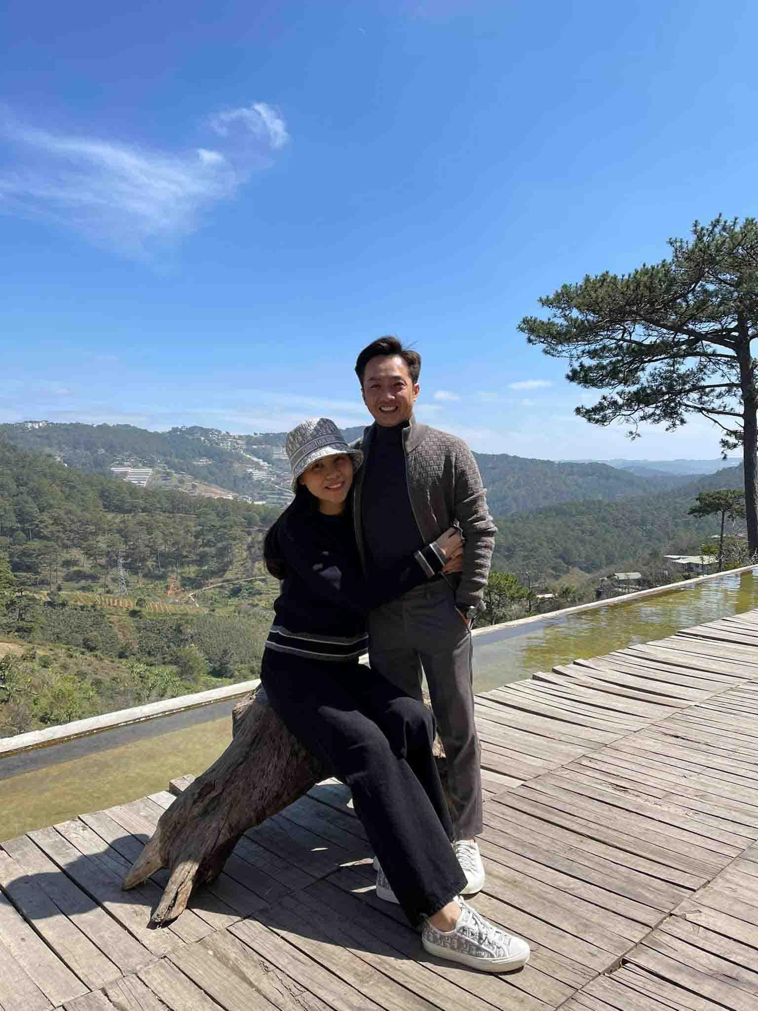 Làm dâu hào môn, Đàm Thu Trang vẫn mặc đơn giản, đi đâu cũng xỏ chân đúng 1 đôi giày - 1