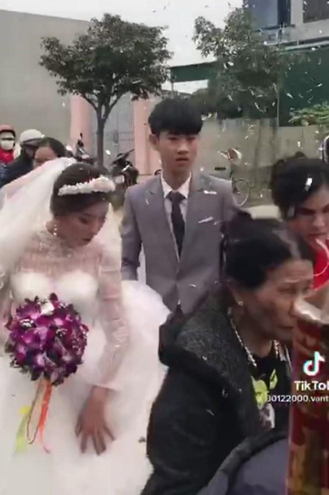 Chú rể 18 tuổi cưới vợ hơn 11 tuổi để trả nợ cho gia đình: Người đăng clip lên tiếng - 1