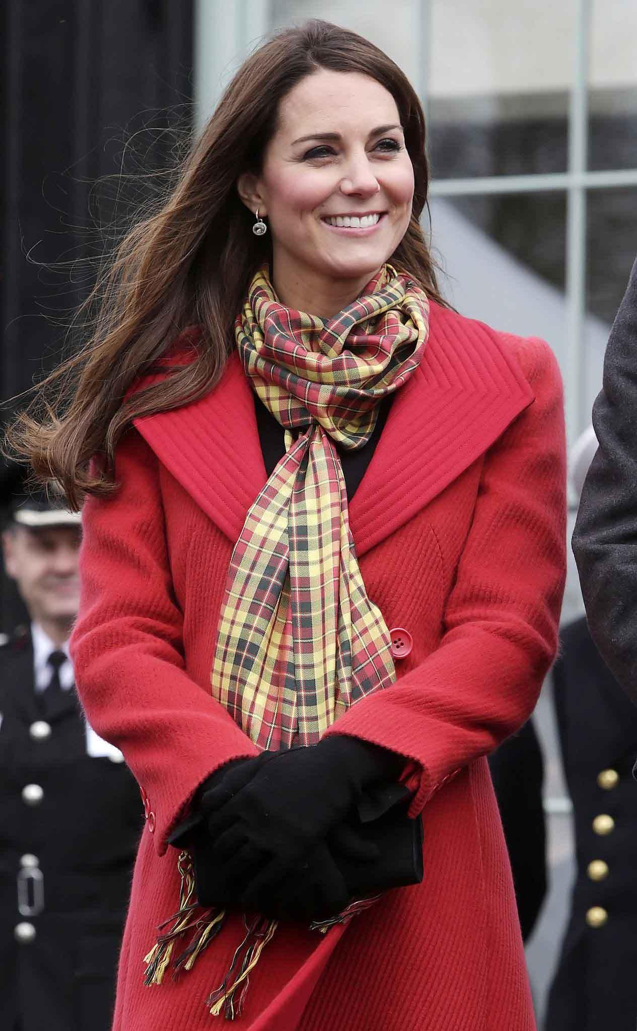 Ngắm công nương Kate quàng khăn cổ, chị em tuổi băm ôm được rổ bí kíp diện đẹp chơi Tết - 11