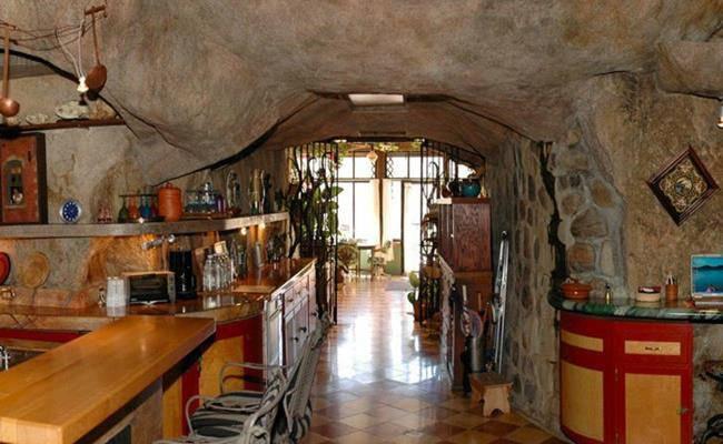 Chui vào hang làm nhà, tưởng hoang sơ ai ngờ đẹp như khách sạn 5 sao - 8