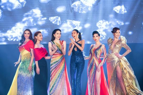 Hương Giang, Võ Hoàng Yến và Xuân Lan trở thành nữ hoàng với váy cầu vồng - 1