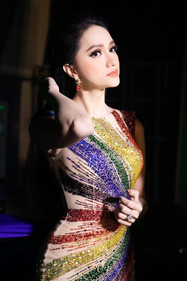 Hương Giang, Võ Hoàng Yến và Xuân Lan trở thành nữ hoàng với váy cầu vồng - 4
