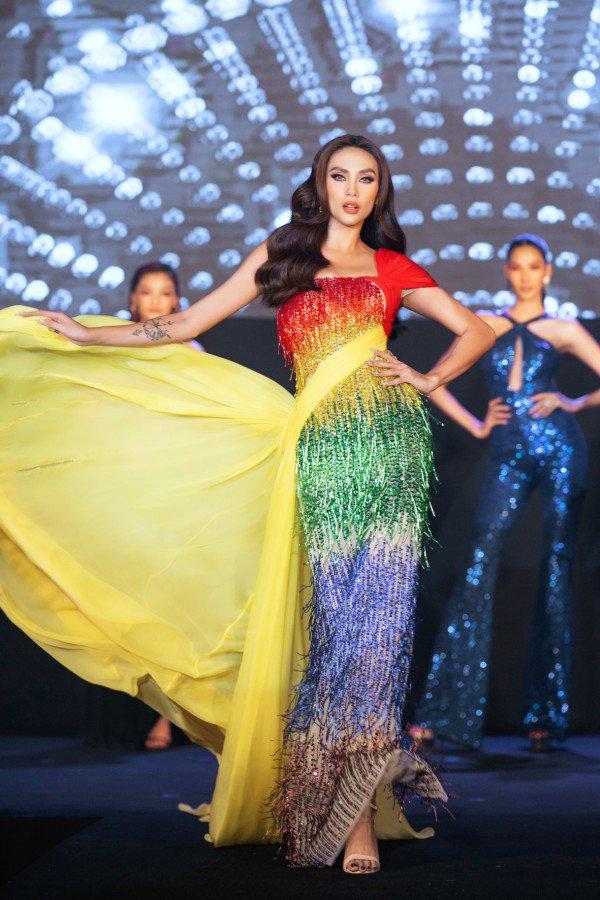 Hương Giang, Võ Hoàng Yến và Xuân Lan trở thành nữ hoàng với váy cầu vồng - 6
