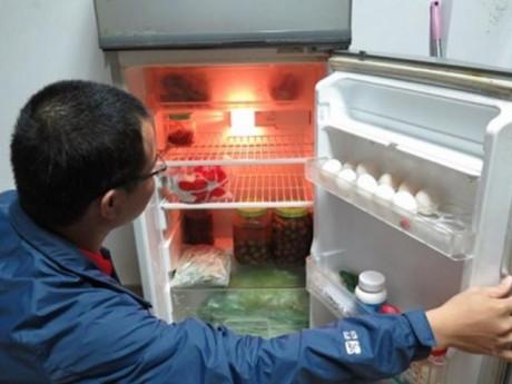 Tại sao tủ lạnh dùng lâu thường chảy nước ra ngoài? Nguyên nhân và cách khắc phục đơn giản