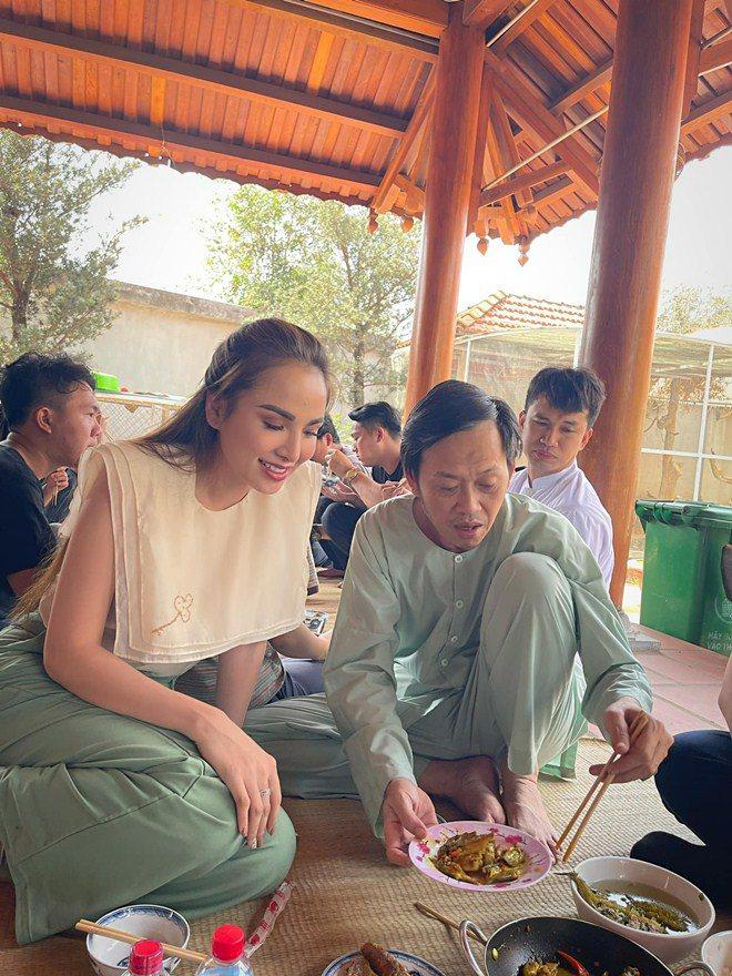 Hoa hậu xinh đẹp mê mẩn món ăn này của Hoài Linh, danh hài nấu sành không cần nếm - 4