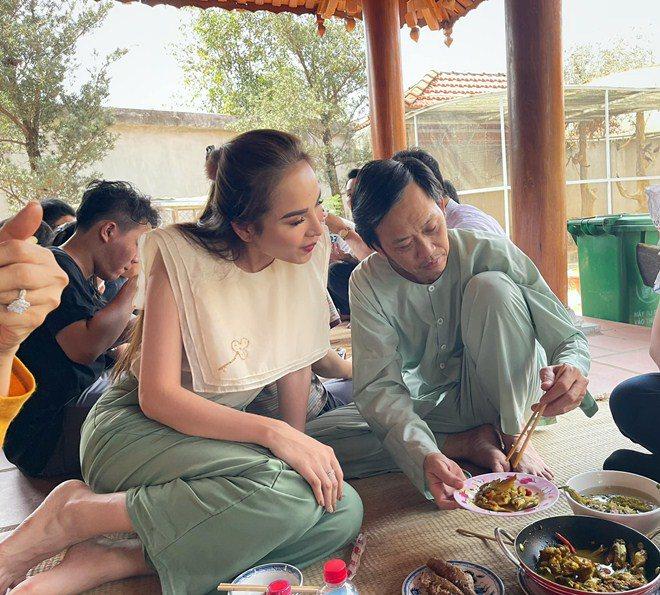 Hoa hậu xinh đẹp mê mẩn món ăn này của Hoài Linh, danh hài nấu sành không cần nếm - 1