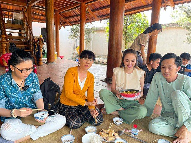 Hoa hậu xinh đẹp mê mẩn món ăn này của Hoài Linh, danh hài nấu sành không cần nếm - 8