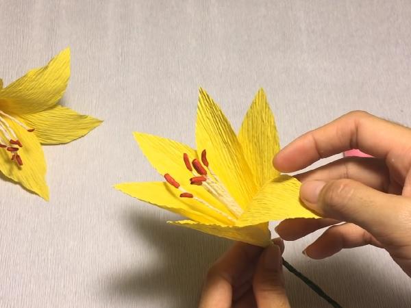 Cách làm hoa giấy đẹp đơn giản để trang trí - 12
