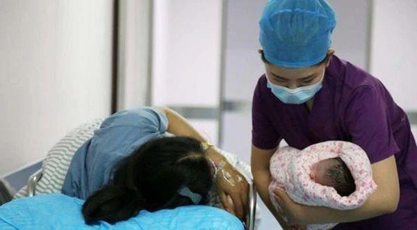 Bé sơ sinh chào đời cười thay vì khóc, y tá giơ tay tát mạnh, mẹ vội vàng cảm ơn - 3