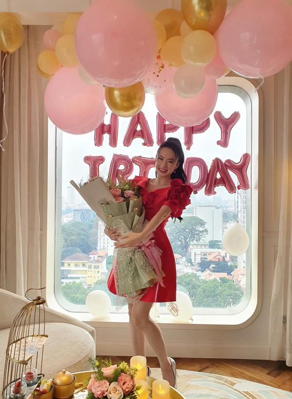 Angela Phương Trinh diện váy đỏ rực mừng tuổi mới, chẳng hở hang mà xinh xuất sắc - 1