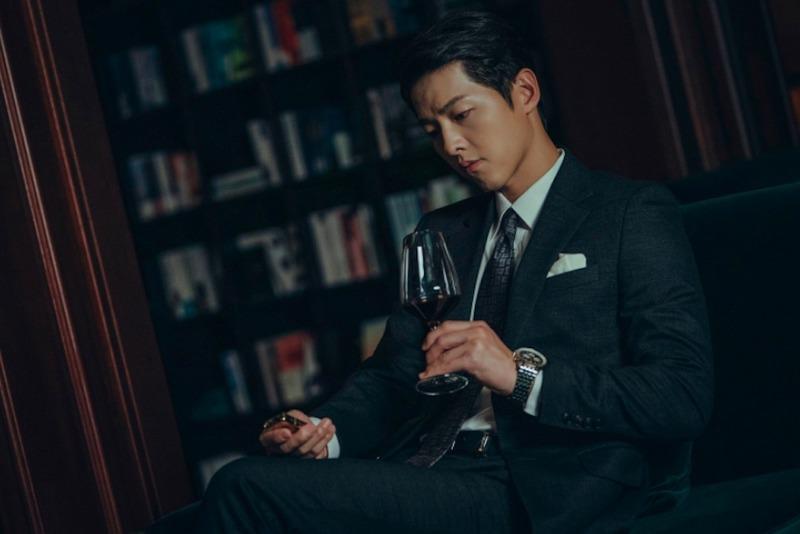 Song Hye Kyo khoe sắc trên tạp chí, Song Joong Ki amp;#34;phản đònamp;#34; phô diễn body lực lưỡng trong phim - 4