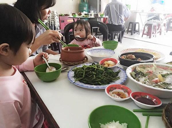 Lý Hải Minh Hà đăng ảnh cho 4 con tập cuốc đất, trồng cây - 7