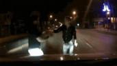 """""""Múa quạt"""" rồi chặn đầu ô tô, nam thanh niên nhận ngay kết đắng"""