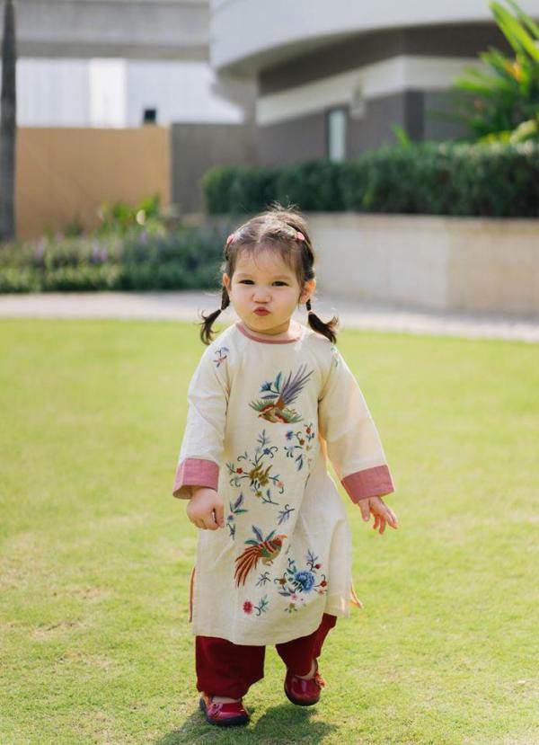 Con gái Lê Phương diện áo bà ba, xách làn đi chợ, đáng yêu và sành điệu không thua mẹ - 1