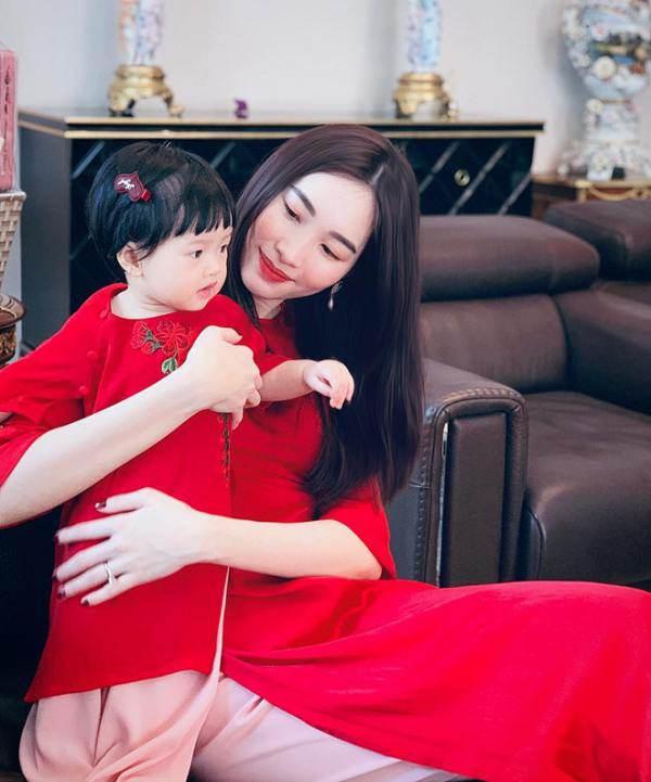 Con gái Lê Phương diện áo bà ba, xách làn đi chợ, đáng yêu và sành điệu không thua mẹ - 4