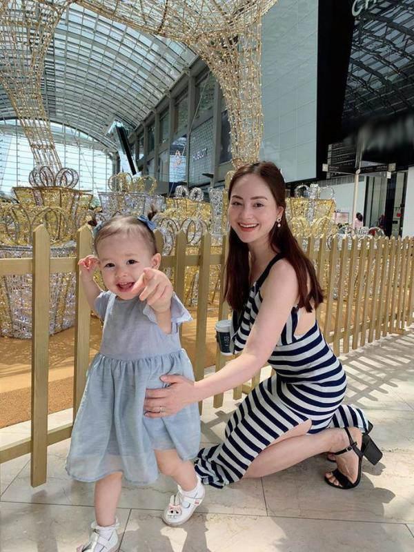 Con gái Lê Phương diện áo bà ba, xách làn đi chợ, đáng yêu và sành điệu không thua mẹ - 7
