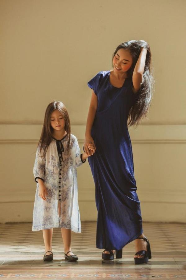 Con gái Lê Phương diện áo bà ba, xách làn đi chợ, đáng yêu và sành điệu không thua mẹ - 8