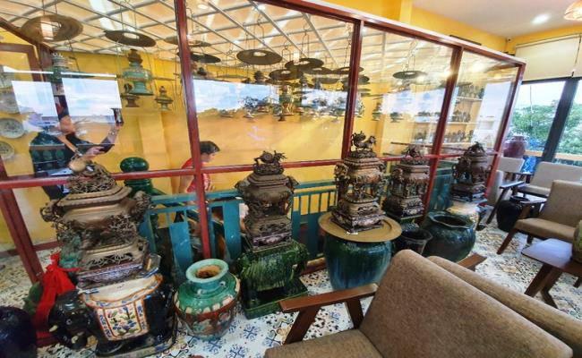 Độc đáo căn nhà được phủ kín bởi hàng nghìn món đồ cổ ở Việt Nam - 7