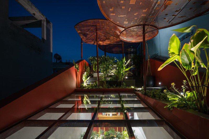 Ấn tượng với ngôi nhà có vườn rau trên mái dốc - 13