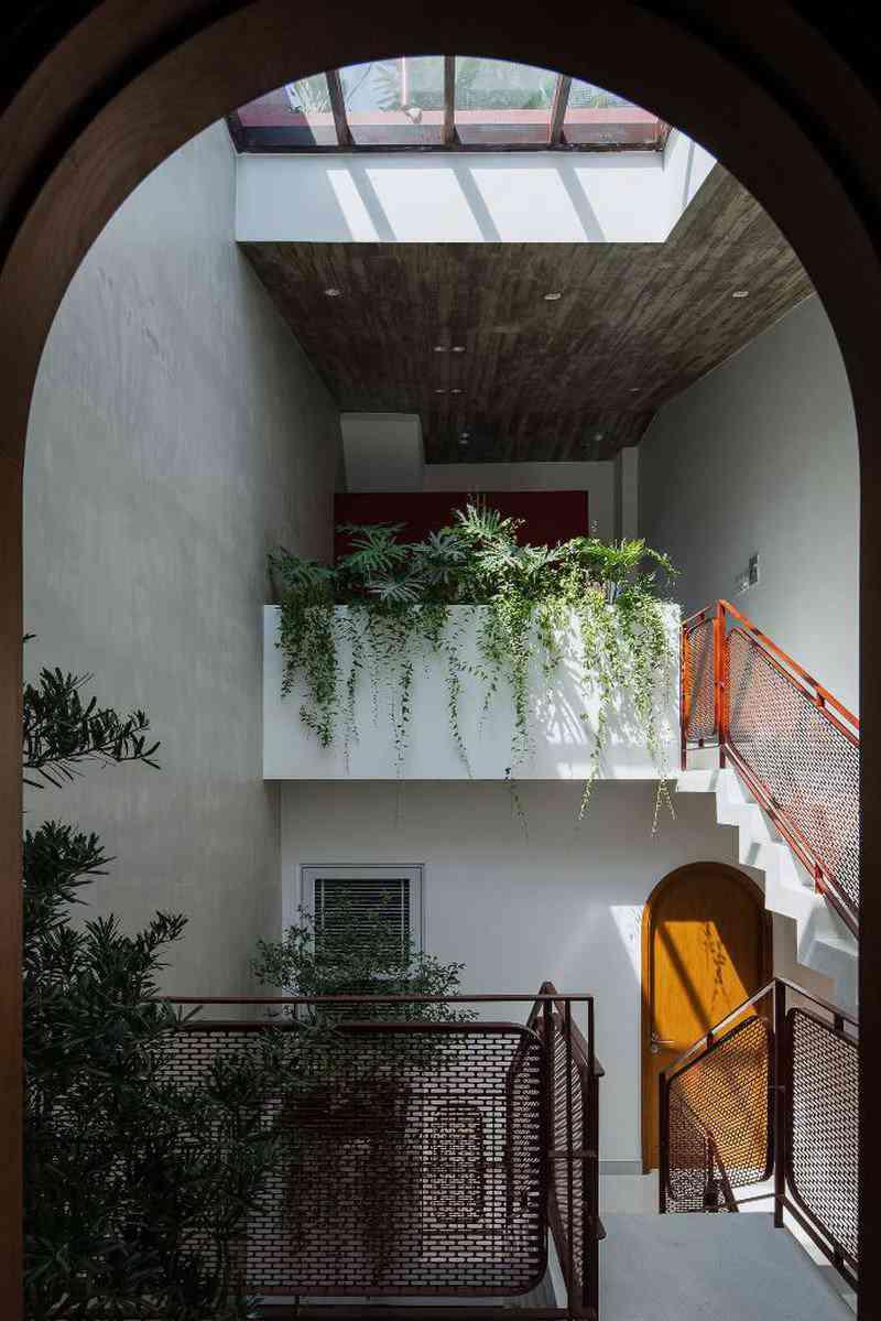Ấn tượng với ngôi nhà có vườn rau trên mái dốc - 7