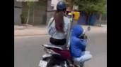 """Cô gái vừa lái xe vừa """"đi đường quyền"""" khiến dân mạng hoảng hốt"""