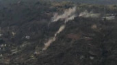 Hàng trăm tảng đá lăn ầm ầm từ trên đỉnh núi xuống đè nát nhà dân, nhiều người thương vong