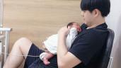 Đông Nhi khoe cảnh Ông Cao Thắng ôm con thời mới sinh, gương mặt xinh xuất sắc!