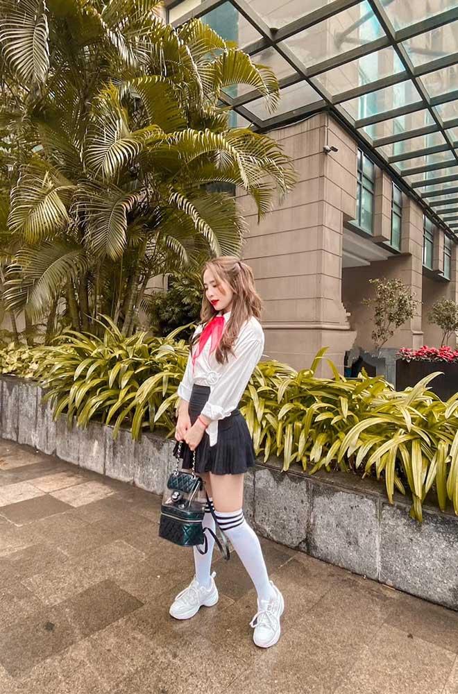 Nữ sinh nào sành như Quỳnh Nga: mặc váy ngắn cũn, đeo balo trăm triệu làm bạn học ngất ngây - 1
