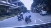 Bất chấp nguy hiểm, 3 người đàn ông lao ra giữa đường nhặt tiền
