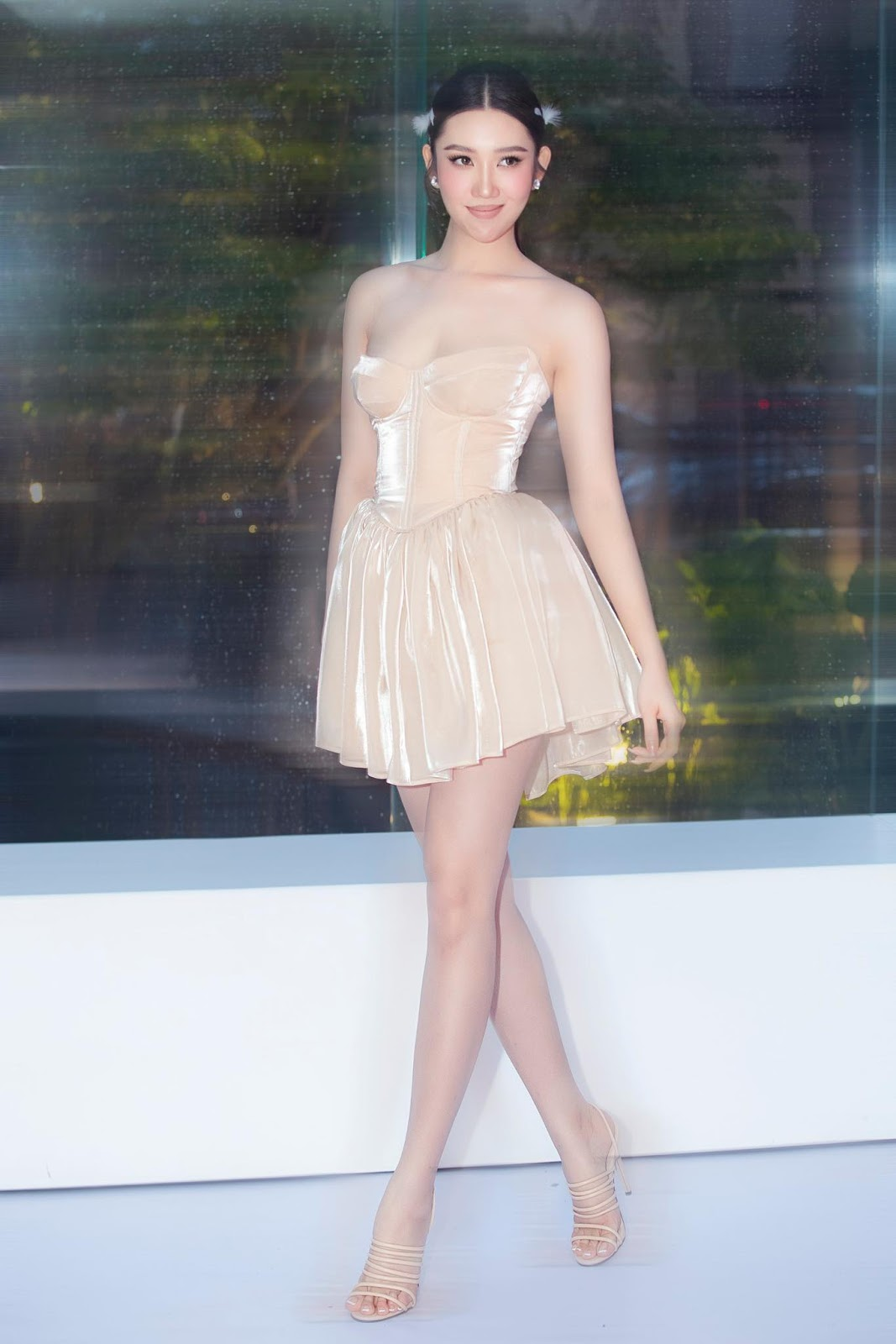Đụng đầm kén dáng với siêu mẫu, Thuý Ngân mặc kín bưng vẫn khoe lợi thế chân dài - 8