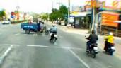 Cô gái đi xe máy vượt đèn đỏ tông lật xe ba gác gây xôn xao cộng đồng mạng