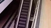 Bám vào thang cuốn đang chạy, bé 4 tuổi rơi xuống từ độ cao 6m