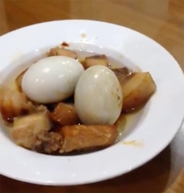 Bà nội trợ nấu thịt kho trứng nguyên vỏ, cả nhà không chê câu nào vì lý do bất ngờ