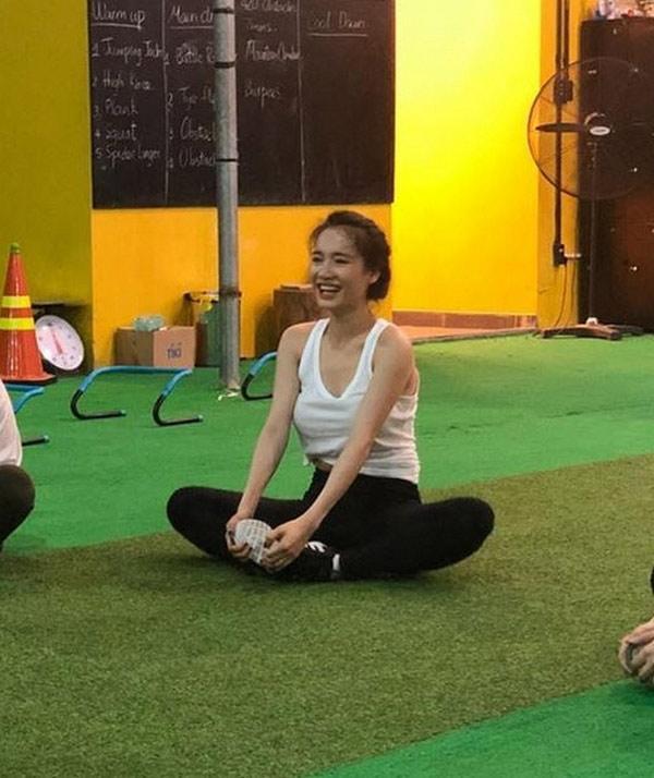 Nhã Phương đăng ảnh chăm chỉ tập gym, dân mạng chỉ tập trung vào vòng 1 khủng của cô - 2
