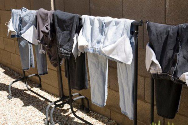 Lộn trái quần áo khi phơi, tưởng giữ màu bền ai ngờ rước họa: Phải bỏ ngay! - 4