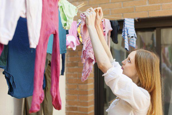 Lộn trái quần áo khi phơi, tưởng giữ màu bền ai ngờ rước họa: Phải bỏ ngay! - 3