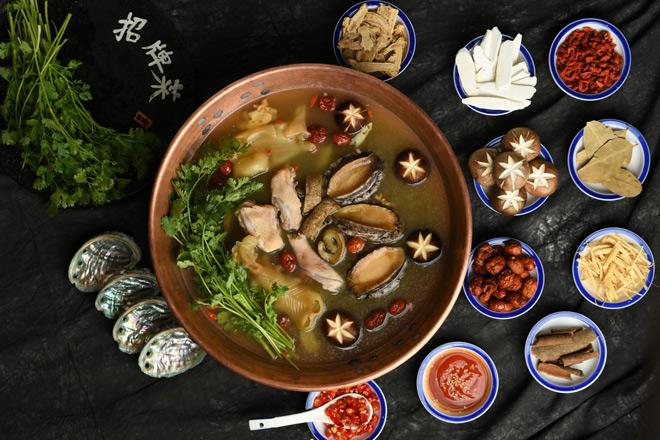 dau bep yan can cook khong tiec loi khen ngoi mon lau khoi the drunken pot cua nguoi ban cu - 8