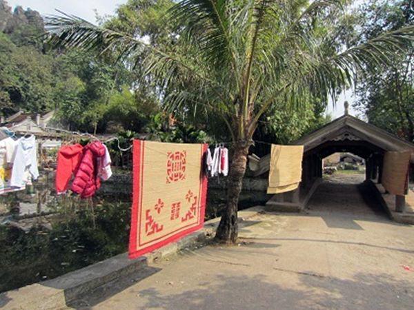 """tron mat xem me tre """"xu dep"""" vet moc tren chieu, chi em gat gu: the ma khong nghi ra! - 3"""